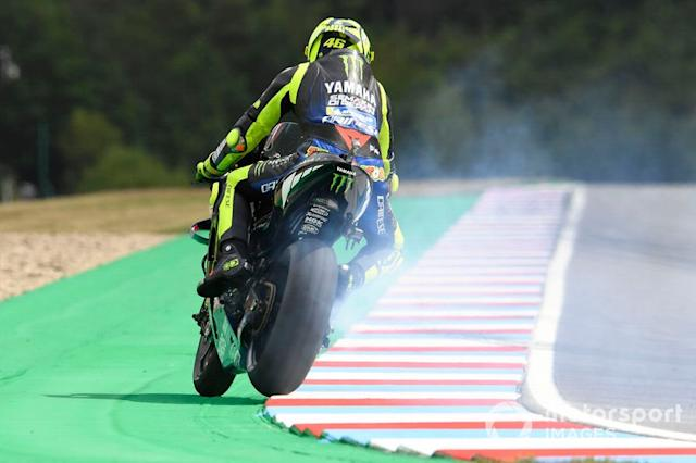 """Valentino Rossi, Yamaha Factory Racing, rompe el motor <span class=""""copyright"""">Gold and Goose / LAT Images</span>"""