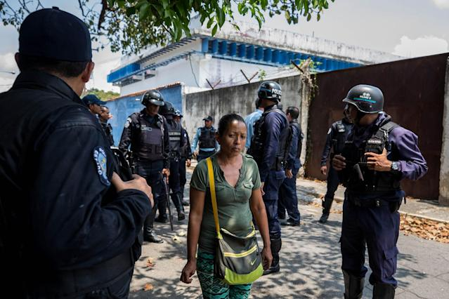 <p>A group of relatives of prisoners speak with members of the Police, in the vicinity of the detention center of the State Police of Carabobo (center), in Valencia, Venezuela, March 28, 2018. (Photo: Miguel Gutiérrez/EPA-EFE/REX/Shutterstock) </p>