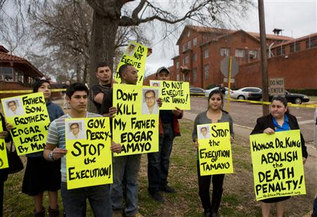 """Protesters stand outside the """"Walls"""" prison unit where Edgar Tamayo is scheduled to be executed in Huntsville, Texas January 22, 2014. REUTERS/Richard Carson"""