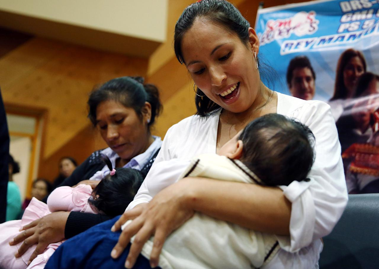 Women breastfeed their babies during a breastfeeding contest organized by Peru's Health Ministry in Lima, Peru, August 26, 2016. REUTERS/Mariana Bazo