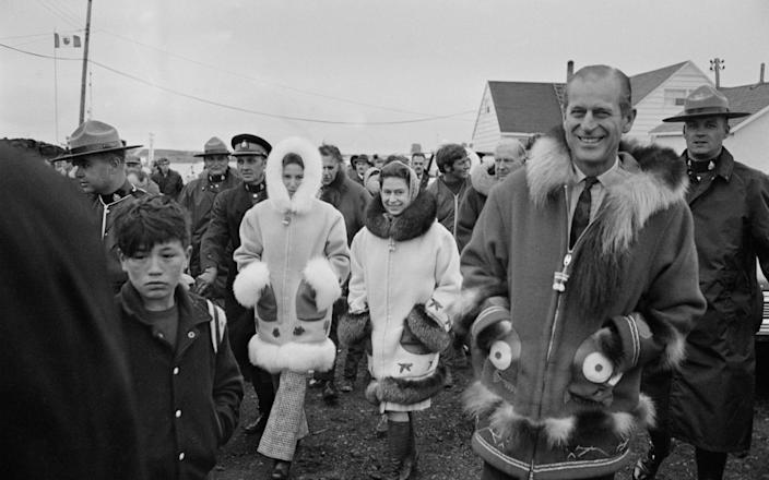 Queen Elizabeth II with Prince Philip and Princess Anne in Tuktoyaktuk, in the Northwest Territories of Canada, July 1970 - David Cairns/Hulton Archive
