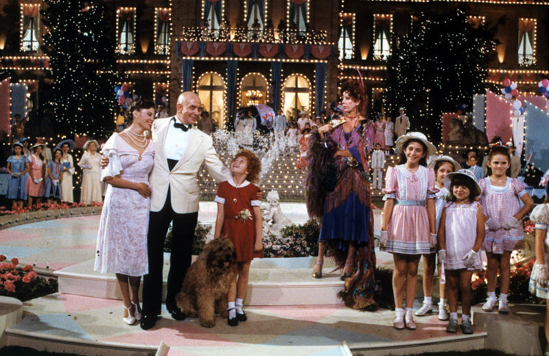 Albert Finney, Aileen Quinn, Carol Burnett and others on stage in scene from the film 'Annie', 1982. (Photo by Columbia Pictures/Getty Images)
