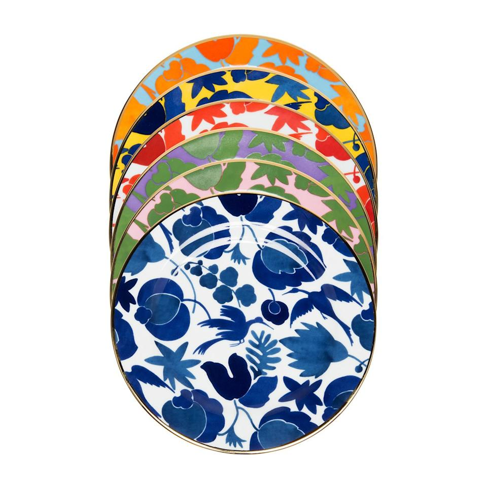 <p>For the baker whose creations deserves the best, these colorful dessert plates will upgrade their presentation.</p>