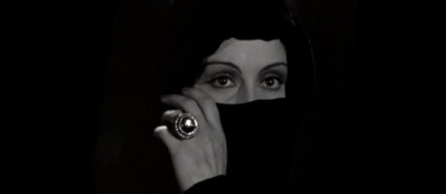 The Countess used a jeweled ring to mesmerize her victims in the 1936 film.