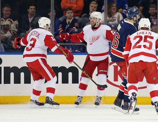 Red Wings extend playoff streak; Flyers can eliminate Bruins with win