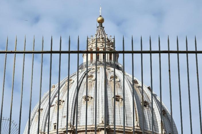 """A picture shows the cuppola of St Peter's basilica behind a fence on March 14, 2016 during the """"Vatileaks"""" trial of two journalists and three former Vatican officials (AFP Photo/Alberto Pizzoli)"""