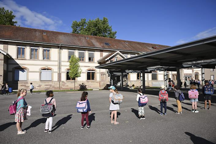 Children line up to enter their classrooms at an elementary school in Strasbourg, France. Primary and middle schools in the country reopened on June 22. (Photo: FREDERICK FLORIN via Getty Images)