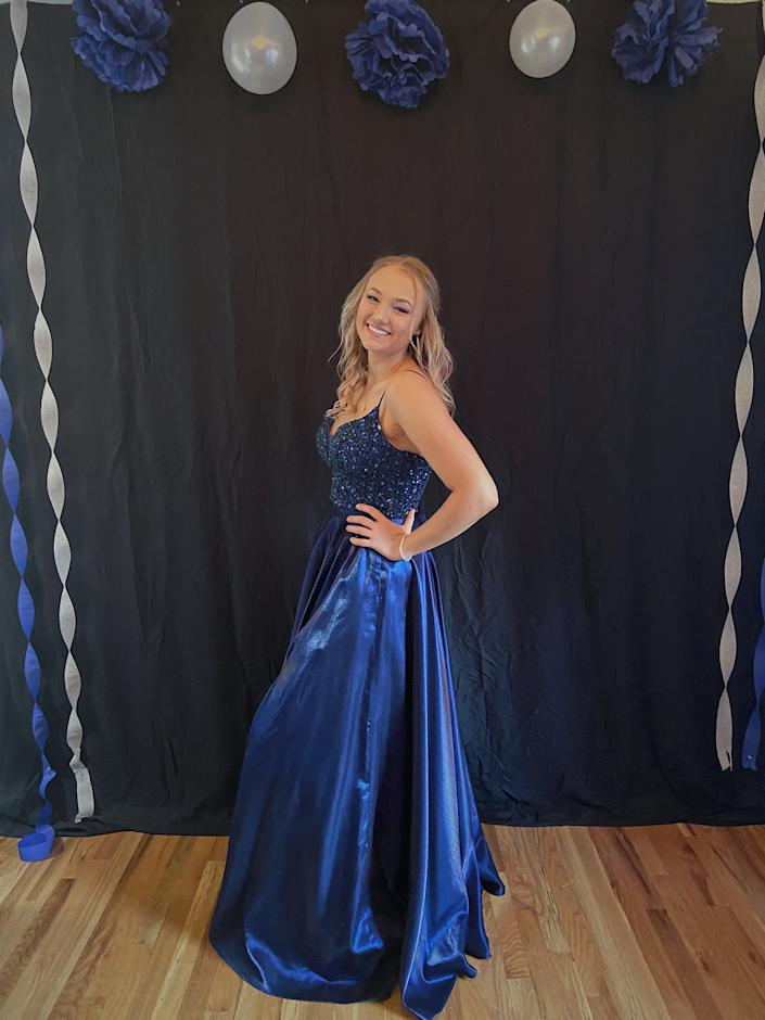 After her prom got canceled, this high school senior decided to throw one with her family. (Photo: Courtesy of Amelia Schantz)