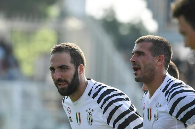 Juventus' Gonzalo Higuain celebrates at the end of their match against Pescara on April 15, 2017 (AFP Photo/ANDREAS SOLARO)