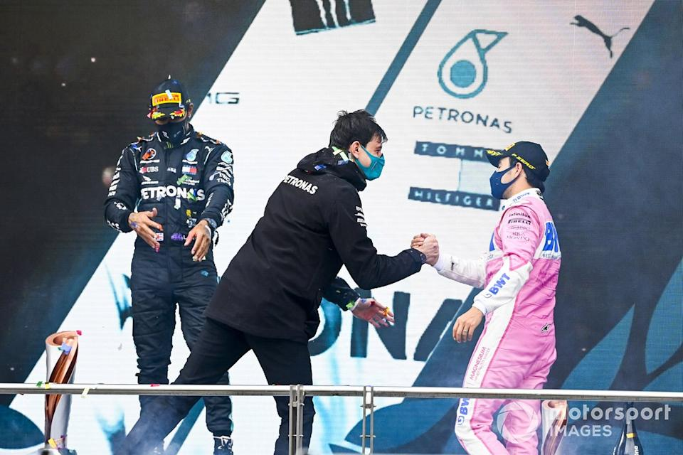 "Podio: Toto Wolff, Director Ejecutivo Mercedes AMG y el segundo lugar Sergio Pérez, Racing Point<span class=""copyright"">Mark Sutton / Motorsport Images</span>"