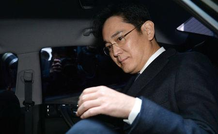 Samsung Group chief, Jay Y. Lee, leaves for the Seoul Central District Court at the office of the independent counsel in Seoul, South Korea, February 16, 2017. Koo Yoon-sung/News1 via REUTERS