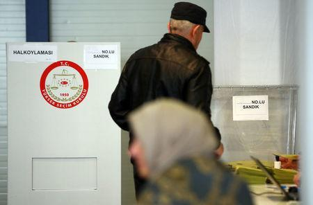 Turkish voters living in Germany cast their ballots on the constitutional referendum at the Postpalast in Munich, southern Germany, March 27, 2017. REUTERS/Michael Dalder