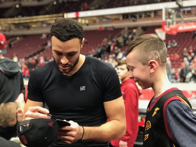 """<a class=""""link rapid-noclick-resp"""" href=""""/nba/players/5487/"""" data-ylk=""""slk:Larry Nance Jr."""">Larry Nance Jr.</a> signs a cap for Evan Sherman, a Crohn's patient who attended the Athletes vs. Crohn's and Colitis event in Chicago. (Courtesy of Katie Sherman)"""