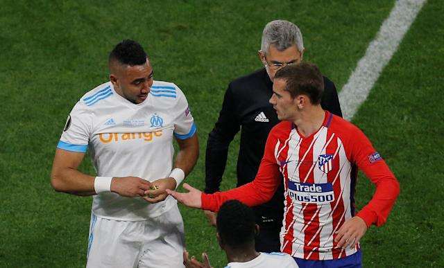 Soccer Football - Europa League Final - Olympique de Marseille vs Atletico Madrid - Groupama Stadium, Lyon, France - May 16, 2018 Atletico Madrid's Antoine Griezmann consoles Marseille's Dimitri Payet as he leaves the pitch with medical staff after sustaining an injury REUTERS/Vincent Kessler