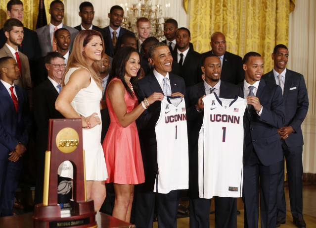 REFILE - CORRECTING SPELLING OF STEFANIE DOLSON'S FIRST NAME U.S. President Barack Obama poses with team captains of the 2014 NCAA champion UConn Huskies men's and women's basketball teams after receiving team jerseys while in the East Room of the White House in Washington, June 9, 2014. From L-R: Stefanie Dolson, Bria Hartley, Obama, Ryan Boatright, and Shabazz Napier. REUTERS/Larry Downing (UNITED STATES - Tags: POLITICS SPORT BASKETBALL)