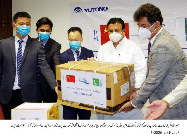 Mr. Muhammad Jahanzaib Khan khichi, Minister of Ministry of Transport accepted donations of 50000 masks from Mr. Robin, the Yutong donation representative.