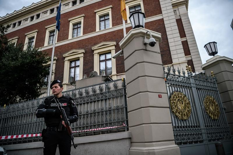 A Turkish anti-riot police officer stands guard outside the German consulate in Istanbul, on March 17, 2016 (AFP Photo/Ozan Kose)