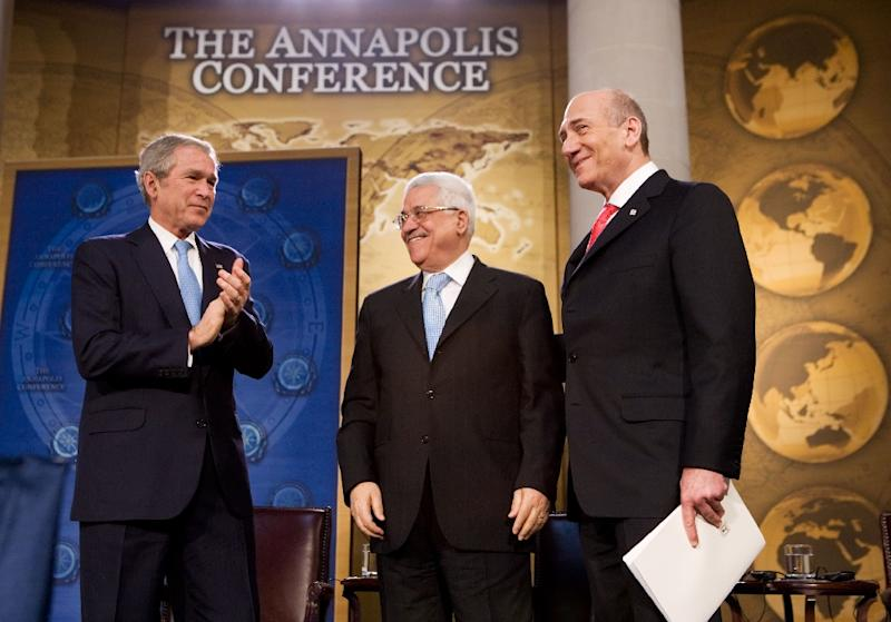 US President George W. Bush applauds then-Israeli prime minister Ehud Olmert (R) and Palestinian President Mahmud Abbas (C) at a peace conference on November 27, 2007