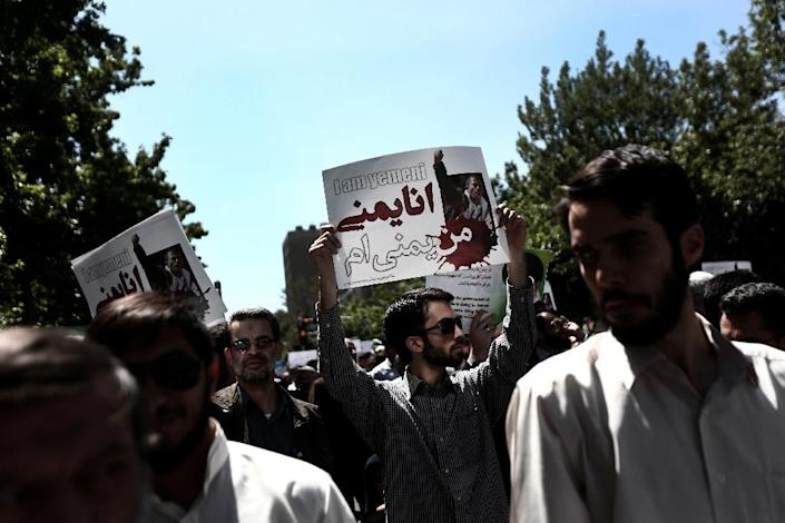 Iranian protesters hold placards during a demonstration in Tehran on May 8, 2015, to denounce the strikes by the Saudi led coalition against the Shiite rebellion in Yemen, where Iran is accused of meddling by Riyadh (AFP Photo/Behrouz Mehri)