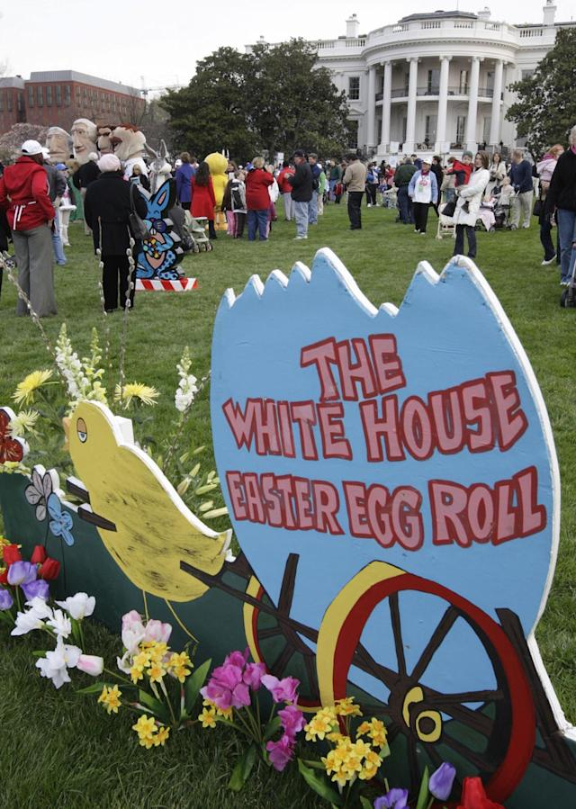 <p>Visitors stroll on the South Lawn of the White House in Washington, Monday, March 24, 2008, during the annual White House Easter Egg Roll. (Photo: Ron Edmonds/AP) </p>