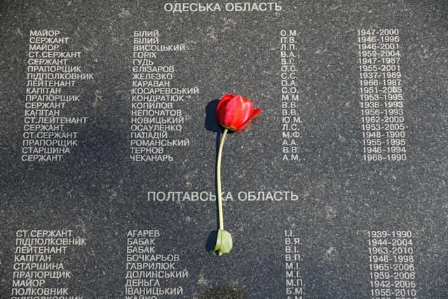 <p>A flower is placed at the memorial during a commemoration ceremony to honour victims of the accident at the Chernobyl nuclear power plant in 1986 in Kiev, Ukraine, April 26, 2018. (Photo: Valentyn Ogirenko/Reuters) </p>