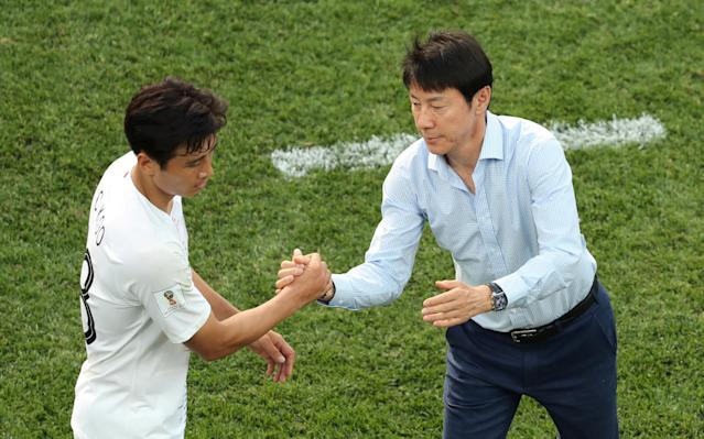 Soccer Football - World Cup - Group F - Sweden vs South Korea - Nizhny Novgorod Stadium, Nizhny Novgorod, Russia - June 18, 2018 South Korea coach Shin Tae-yong shakes hands with Koo Ja-cheol REUTERS/Lucy Nicholson