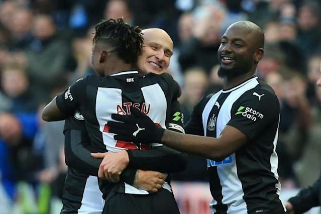 Jonjo Shelvey celebrates with teammates after scoring Newcastle's equaliser against Manchester City (AFP Photo/Lindsey Parnaby)