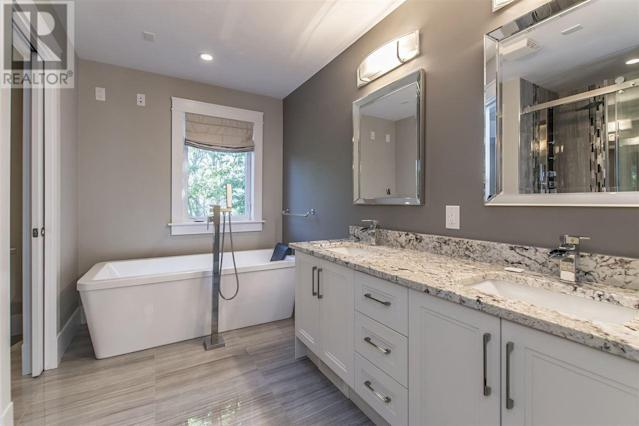<p><span>5826 Fays Lane, Halifax, N.S.</span><br> The master bedroom has a large soaker tub, giving it a spa-like feel.<br> (Photo: Zoocasa) </p>