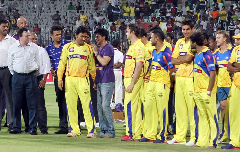 Kolkata Knight Riders owner and Bollywood actor Shah Rukh Khan (C) talks to Chennai Super Kings Captain after the IPL Twenty20 cricket final match, between Chennai Super Kings and Kolkata Knight Riders at the M.A.Chidambaram Stadium in Chennai on May 27th, 2012. AFP PHOTO/ Seshadri SUKUMAR