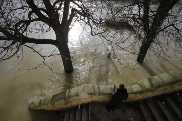 <p>A man takes a photo of the Seiner river with his mobile phone in Paris, France, Friday, Jan. 26, 2018. (Photo: Michel Euler/AP) </p>