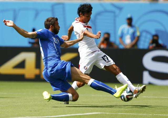 Italy's Andrea Barzagli (L) fights for the ball with Costa Rica's Yeltsin Tejeda during their 2014 World Cup Group D soccer match at the Pernambuco arena in Recife June 20, 2014. REUTERS/Dominic Ebenbichler (BRAZIL - Tags: SOCCER SPORT WORLD CUP)