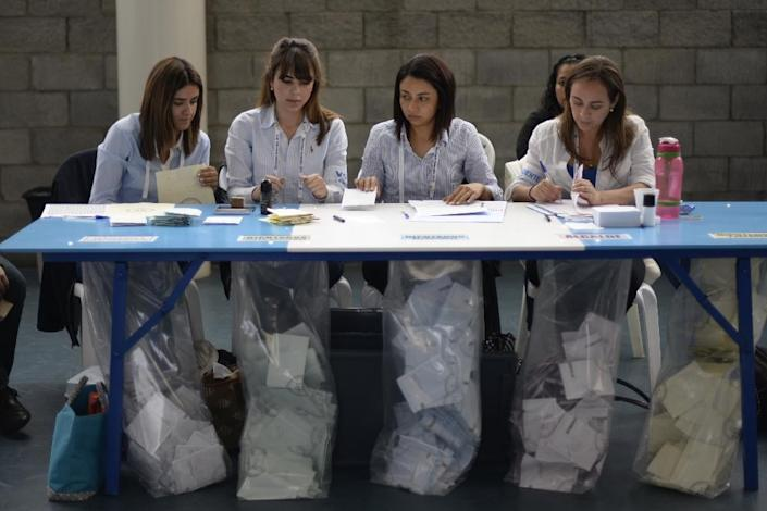 Electoral workers are pictured at a polling station in Guatemala City on September 6, 2015 (AFP Photo/Johan Ordonez)