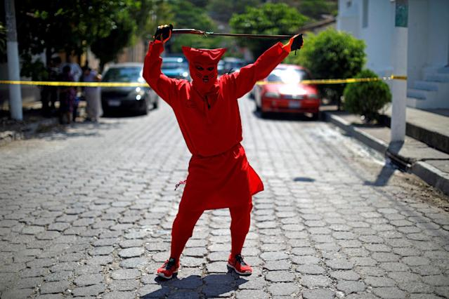 <p>A man dressed as a demon poses for a picture as he participates in a ceremony known as Los Talciguines, as part of religious activities to mark the start of the Holy Week in Texistepeque, El Salvador, March 26, 2018. (Photo: Jose Cabezas/Reuters) </p>
