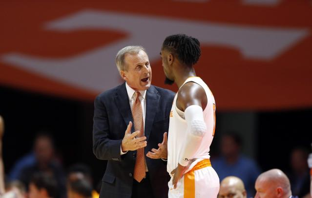 Tennessee coach Rick Barnes talks to guard Jordan Bone during the first half of the team's NCAA college basketball game against Louisiana-Lafayette on Friday, Nov. 9, 2018, in Knoxville, Tenn. (AP photo/Wade Payne)