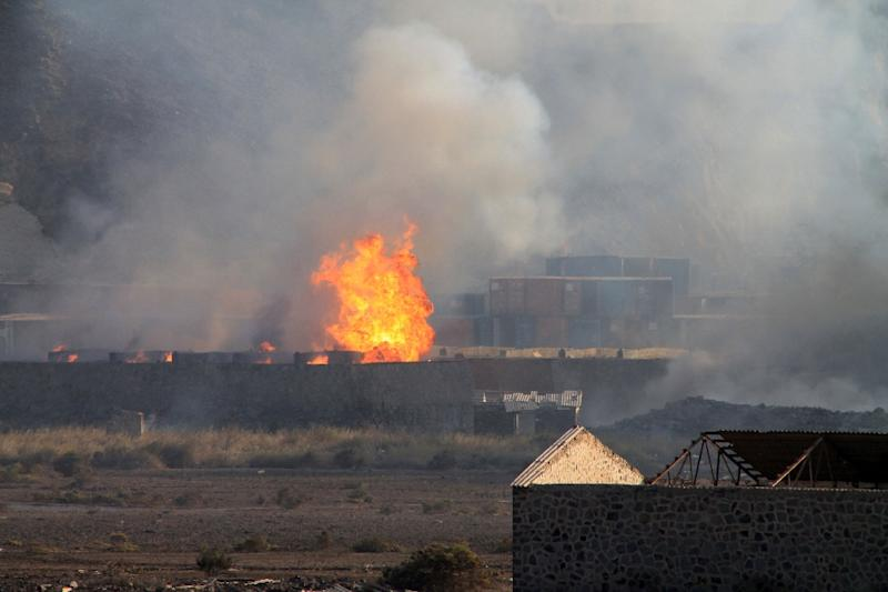Flames and smoke billow from the site of an explosion that hit an arms depot in Yemen's second city of Aden on March 28, 2015 (AFP Photo/Saleh Al-Obeidi)