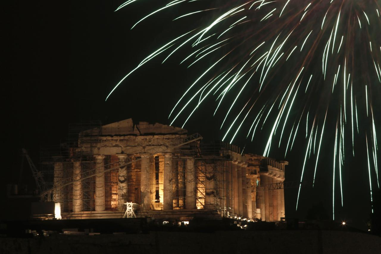Fireworks explode over the temple of the Parthenon atop the Acropolis hill during New Year's Day celebrations in Athens January 1, 2014. REUTERS/Yorgos Karahalis (GREECE - Tags: SOCIETY)