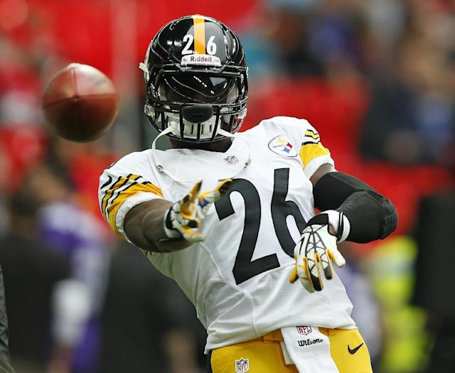 Pittsburgh Steelers running back Le'Veon Bell (26) passes a ball ahead of the NFL football game against Minnesota Vikings' at Wembley Stadium, London, Sunday, Sept. 29, 2013. (AP Photo/Sang Tan)