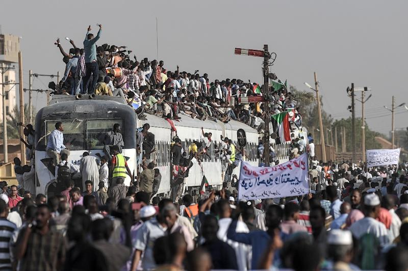 Sudanese protesters from the city of Atbara, the crucible of the protests, cheer upon arriving in Khartoum on April 23, 2019 (AFP Photo/OZAN KOSE)