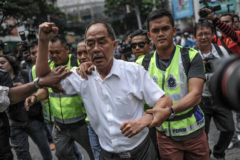 A demonstrator is detained during a protest against Malaysian Prime Minister Najib Razak in Kuala Lumpur on August 1, 2015 (AFP Photo/Mohd Rasfan)