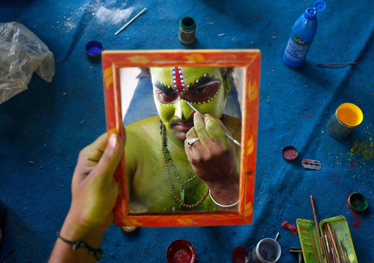 <p>An artiste is reflected in a mirror as he applies make-up backstage before taking part in a celebration to mark Hindu festival of Ramnavami inside the premises of a temple in Bengaluru, India April 5, 2017. REUTERS/Abhishek N. Chinnappa </p>