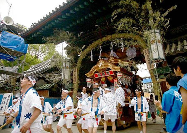 ▲Festival theme music, danjiribayashi, also plays out along with the noise of the drums and the gongs. (© Osaka Convention & Tourism Bureau)