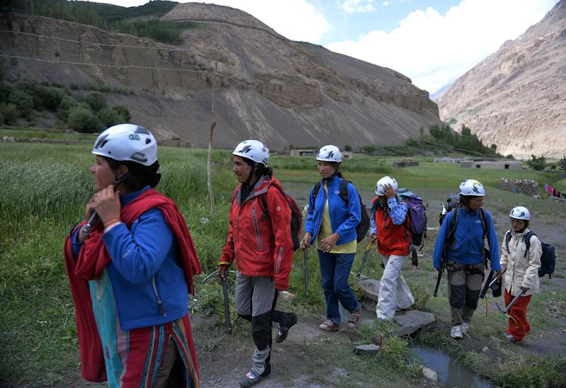 Students from the Shimshal Mountaineering School prepare to climb a mountain in Pakistan's northern Hunza valley, on August 4, 2014 (AFP Photo/Aamir Qureshi)