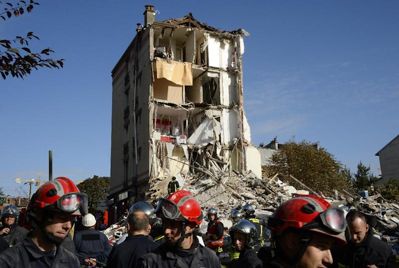 Firefighters and rescue workers inspect the site where a four-storey residential building collapsed following a blast in Rosny-sous-Bois in the eastern suburbs of Paris on August 31, 2014 (AFP Photo/BEertrand Guay)