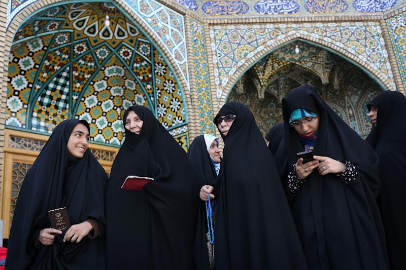 Women prepare to vote in Iran's presidential election in the Shiite Muslim holy city of Qom on May 19, 2017 (AFP Photo/Ali SHAIGAN)