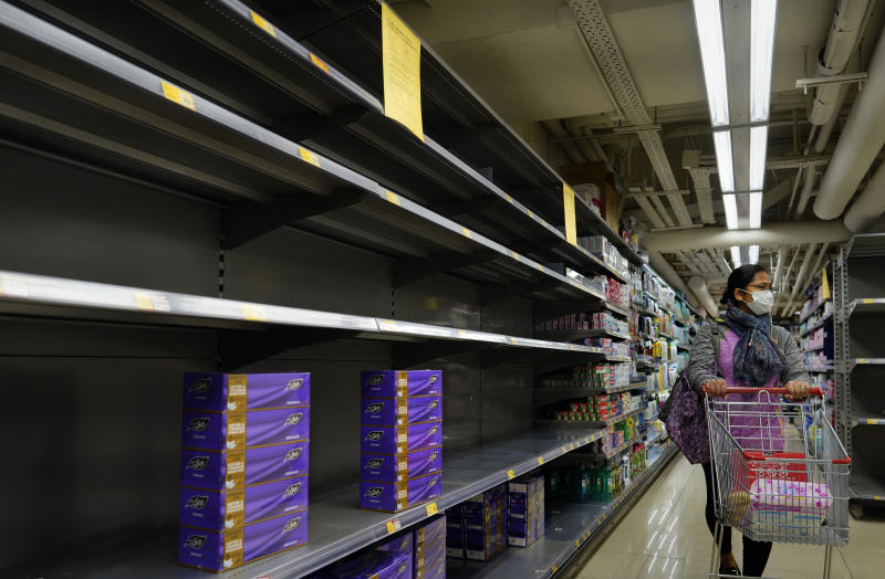 Estantes vacíos en los supermercados de Hong Kong. (AP Photo/Vincent Yu)