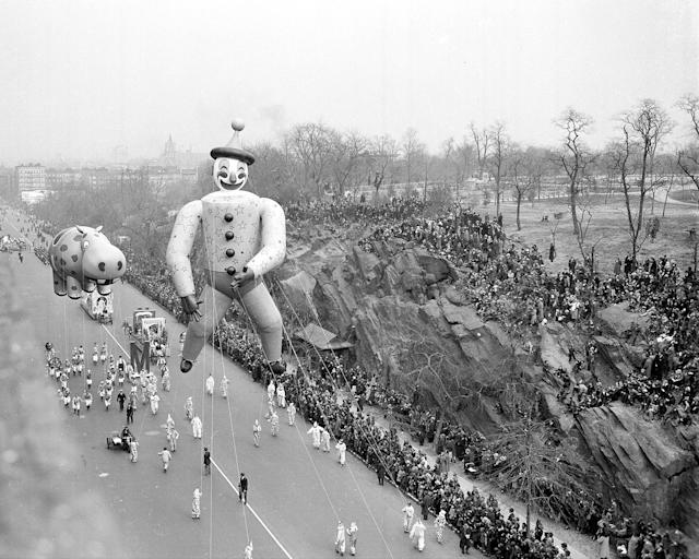<p>Dopey Clown and a hippo in Macy's annual Thanksgiving Day parade trundles down Central Park West in 1940. (Photo: New York Daily News Archive via Getty Images) </p>