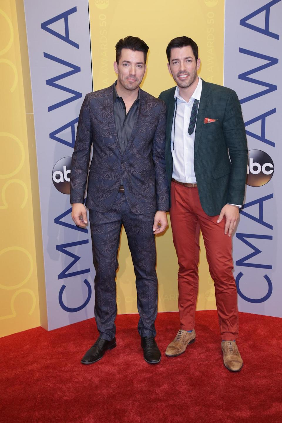 The <em>Property Brothers</em> Jonathan Scott and Drew Scott stay connected. (Photo: Quasar/STAR MAX/IPx)