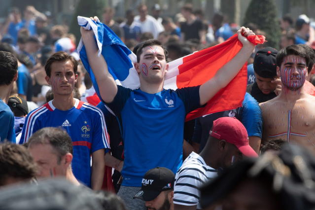 BOR126. Paris (France), 15/07/2018.- French supporters at the fan zone in Paris, France, 15 July 2018, prior to the screening of the FIFA World Cup 2018 final soccer match between Croatia and France. (Croacia, Mundial de Fútbol, Francia) EFE/EPA/CAROLINE BLUMBERG