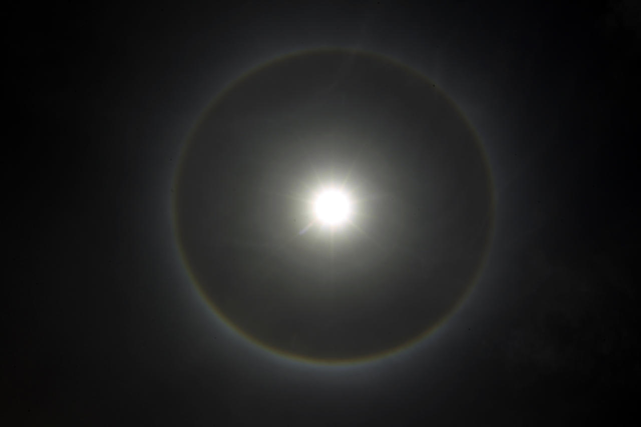A halo, an optical phenomenon that appears around the Sun, is seen in Khartoum August 18, 2012. REUTERS/ Mohamed Nureldin Abdallah (SUDAN - Tags: ENVIRONMENT) - RTR36Y71