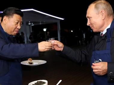 Vladimir Putin and Xi Jinping take break from economic forum, flip pancakes in Vladivostok city